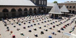 Diyarbakır'da sosyal mesafeye uygun 2. Cuma namazı kılındı