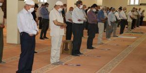 Yaşlılar aylar sonra camide namaz kılmanın sevincini yaşadı