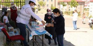 Van'da sınav öncesi öğrencilere meyve suyu ve kek dağıtıldı