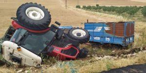 Direksiyon hâkimiyetini kaybeden traktör takla attı