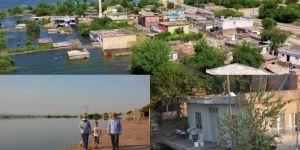 Gözyaşları içerisinde Ilısu Barajı sularının altında kalan köylerine bakıyorlar