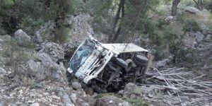 Antalya'da inşaat iskeleleri yüklü kamyonet şarampole yuvarlandı