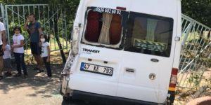 Nusaybin'de yol kenarındaki minibüse kamyon çarptı