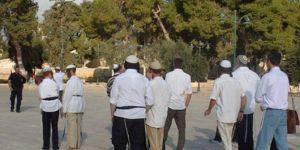 Siyonist işgalciler Mescidi Aksa'ya baskın düzenledi