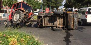 Sur Belediyesine ait çöp toplama aracı devrildi