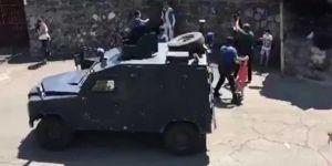 Diyarbakır'da evden uzaklaştırılan baba 3 çocuğunu bıçakla rehin aldı