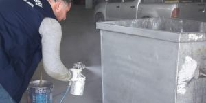 Diyarbakır Bağlar Belediyesi virüs yayma riskine karşı çöp konteynerleri bakımdan geçiriyor