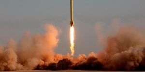 İran, ilk kez yerin altından balistik füze fırlattı