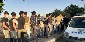 Bağlar Belediyesi düzensiz göçmenlere yemek ikramında bulundu