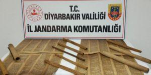 Diyarbakır'da 13 parça İbranice el yazması parşömen tarihi eser ele geçirildi