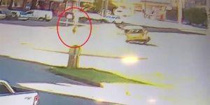 Diyarbakır Bağlar Alipınar Caddesinde yol kenarında ilerleyen çocuk, kazadan kıl payı kurtuldu