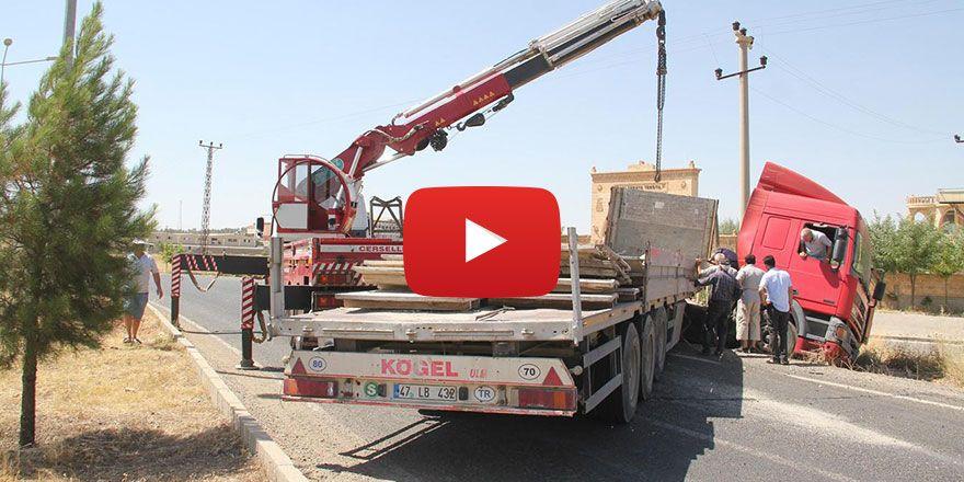 Mardin Midyat'ta virajı alamayan TIR kaza yaptı